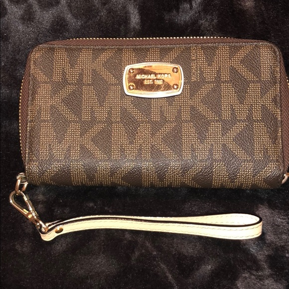 Michael Kors Handbags - Michael Kors multifunction wallet